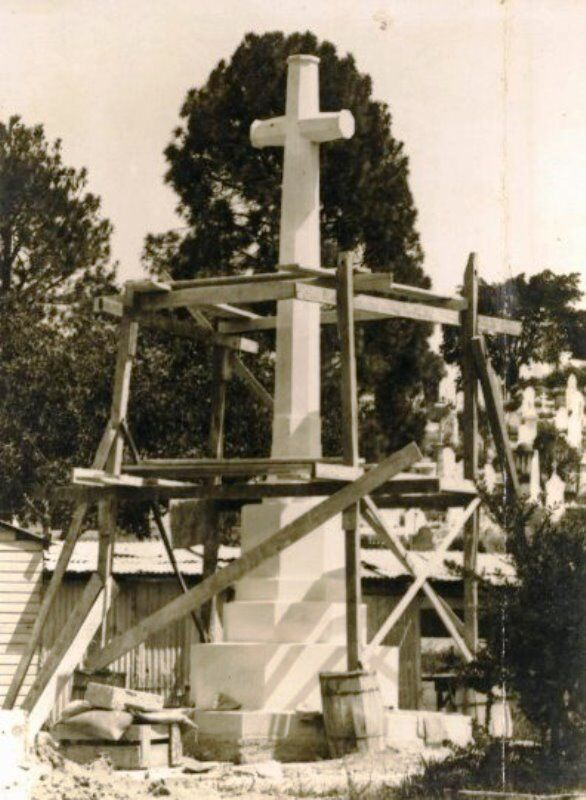 1924 : Construction of Cross (State Library of Queensland)