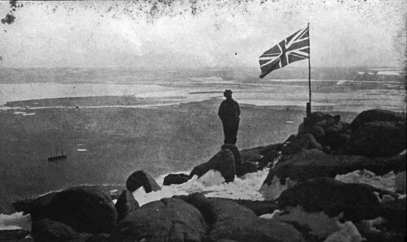 1930 : Sir Douglas Mawson at monument site
