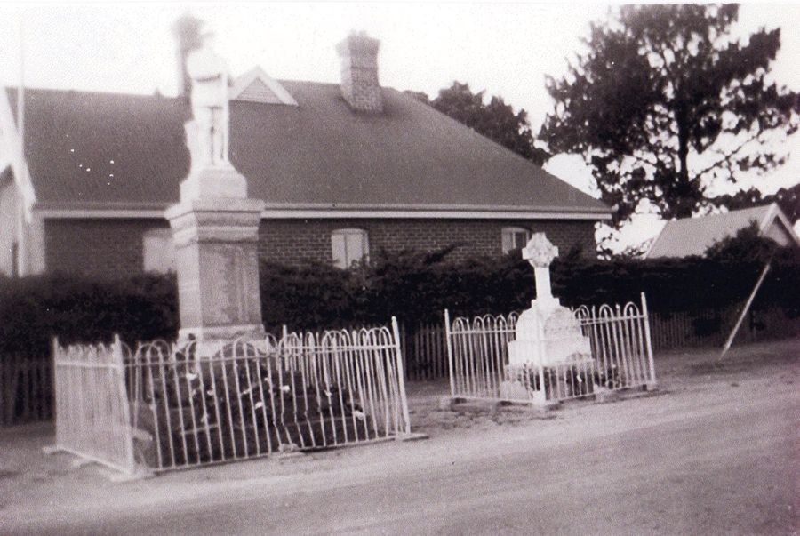 1953 : Outside Council Chambers