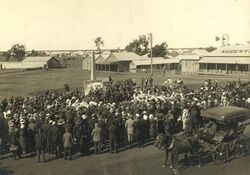 1915 : Recruiting rally in front of the monument (State Library of Queensland)