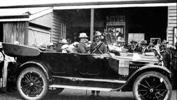 06-December-1919 : Mrs Wheeler arriving for unveiling (State Library of Queensland)